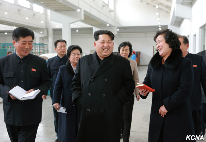 Kim Čong Un navštívil textilní závod Kim Čong Suk