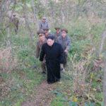 Kim Čong Un u vojáků na ostrůvcích, na vojenské rybářské stanici a mezi dělostřelkyněmi