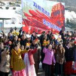 Přivítání tvůrců zkoušky rakety Hwasong-15 v Pchjongjangu