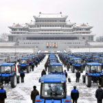 Představení nových traktorů a nákladních vozů před odesláním na zemědělskou frontu