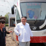 Soudruh Kim Čong Un si prohlédl nový typ trolejbusu a tramvaje