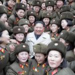 Soudruh KIM ČONG UN zkontroloval ženskou rotu vojenské jednotky 5492